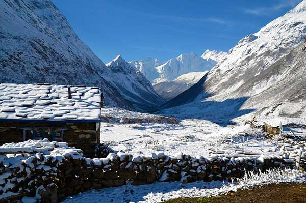 Nepal-Teahouse-In-snow