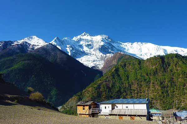 Nepal-Teahouse-snowy-peaks