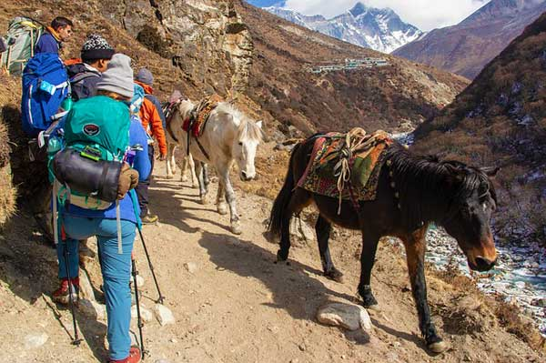 Nepal-Trekkers-Tea-Houses-backgound-mountains