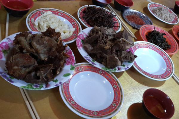 Food-and-Drinking-Water-on-an-Everest-Base-Camp-Trek-yak-steak