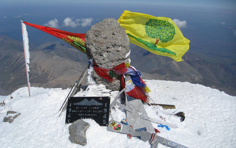 Mount-Elbrus-climb-summit