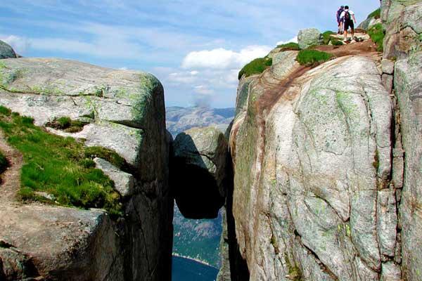 Kjeragbolten-hike-in-Norway