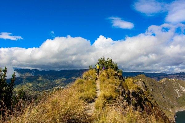 walking-quilotoa-lake
