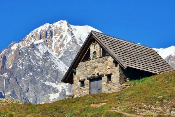 tour-du-mont-blanc-mountain-hut
